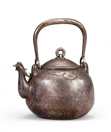 A HAMMERED SILVER KETTLE WITH PHOENIX SPOUT